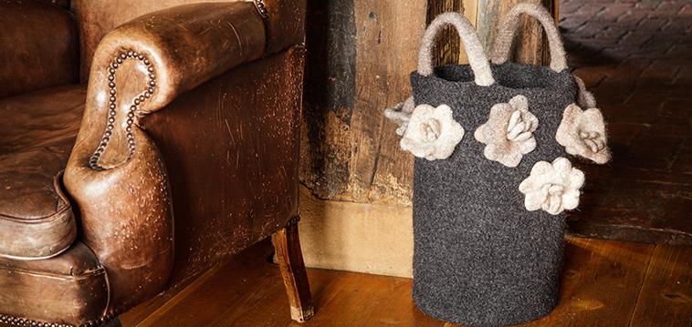 Jetzt filzen: Tasche mit floralen Dekoelementen für den Frühling